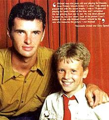 Michael Owen 9 ára gamall og virkilega spenntur að hitta hinn unga og efnilega Gary Speed!